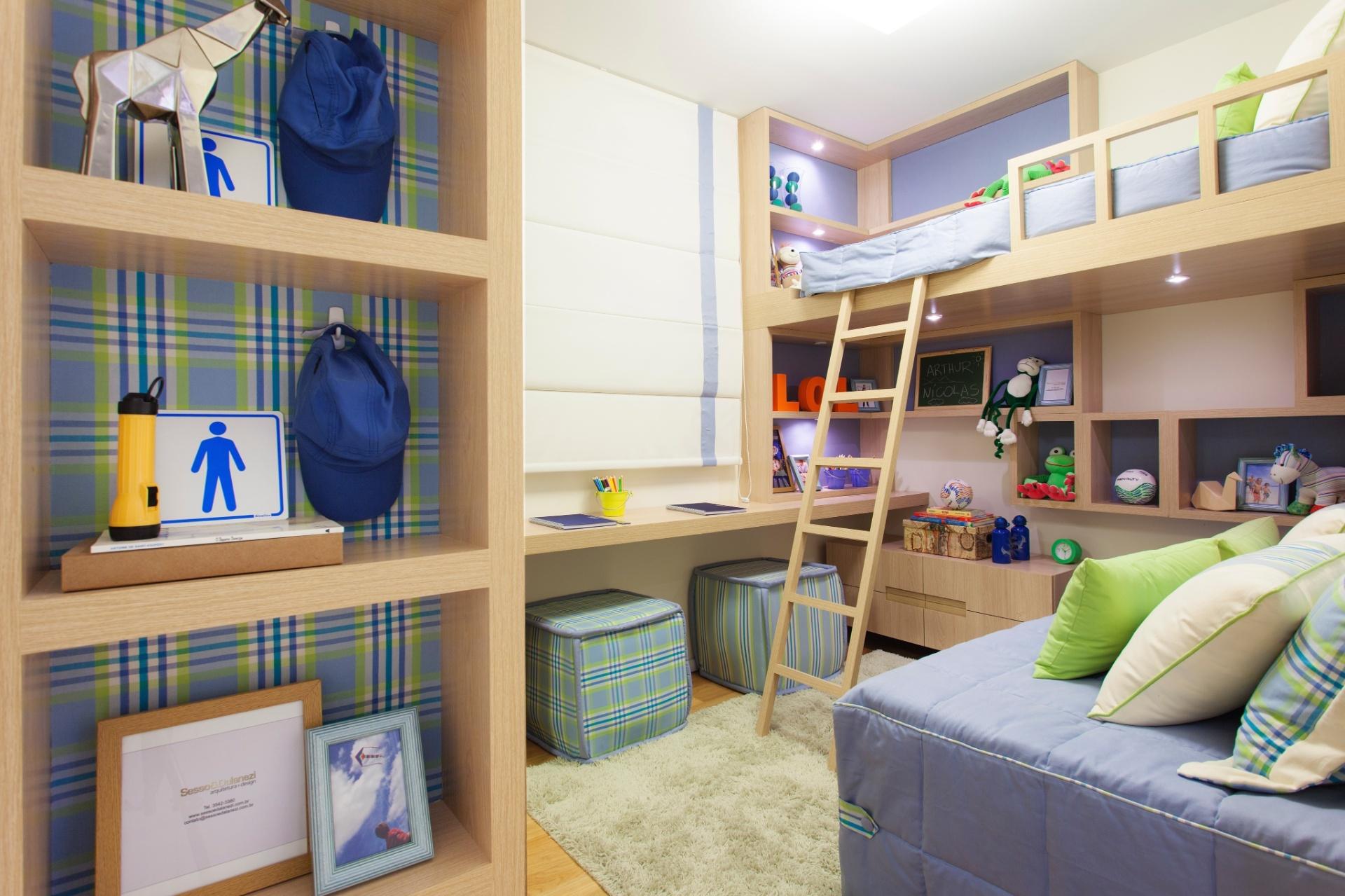 A marcenaria inteligente (Portal da Madeira) é o ponto alto deste projeto assinado pelos arquitetos Marcello Sesso e Débora Dalanezi, em um quarto com 7,6 m², para dois meninos de oito anos. Elevada, uma das camas deixa a área abaixo de si livre para nichos e brinquedos.