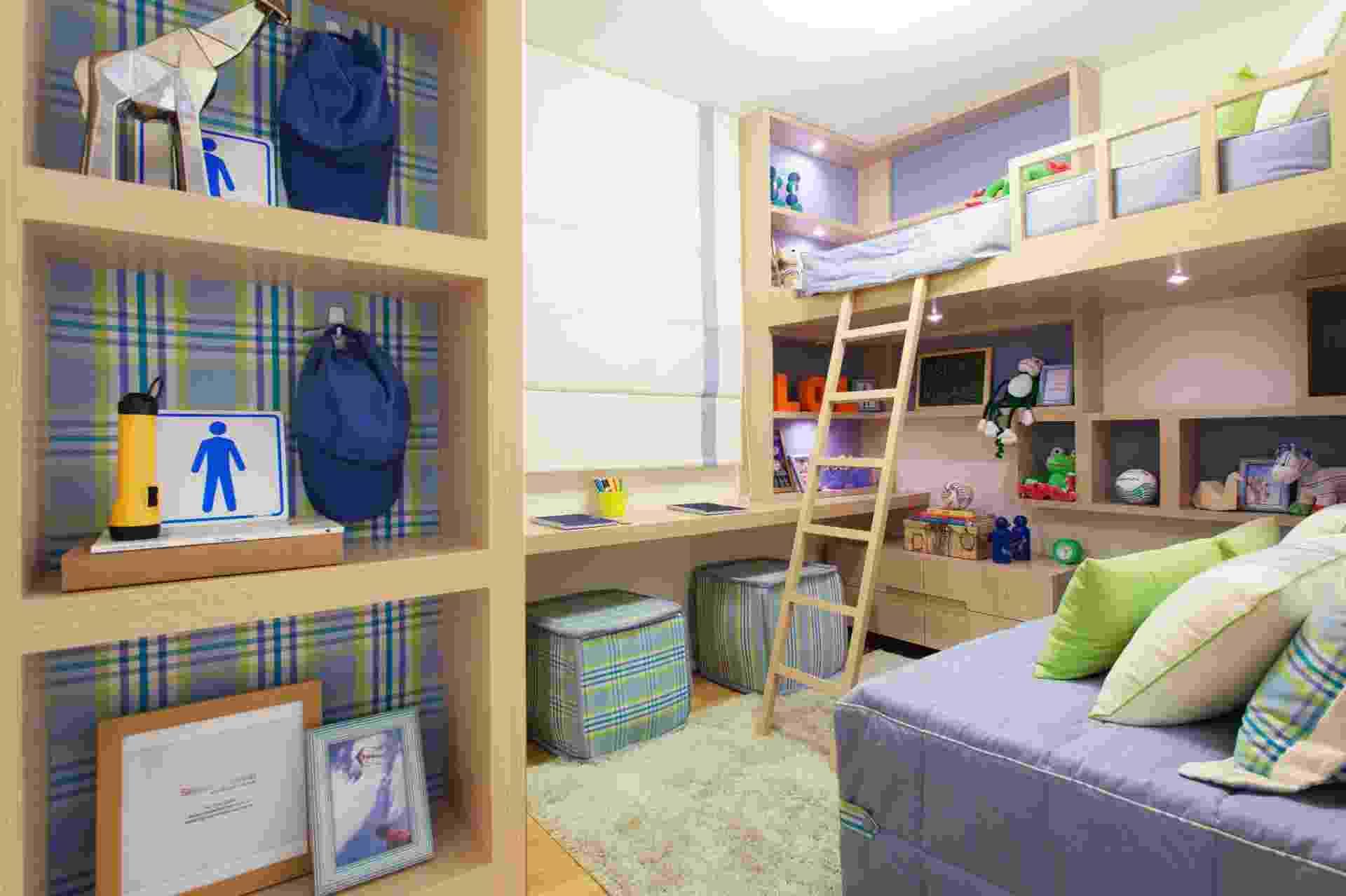 """A marcenaria inteligente (Portal da Madeira) é o ponto alto deste projeto assinado pelos arquitetos Marcello Sesso e Débora Dalanezi, em um quarto com 7,6 m², para dois meninos de oito anos. Elevada, uma das camas deixa a área abaixo de si livre para nichos e brinquedos. """"Esse recurso cria espaço útil para brincar e estudar, além de facilitar o 'layout' de dormitórios pequenos"""", diz Dalanezi. Uma bancada de estudos, dupla, percorre toda a parede lateral sob a janela - Bruno Cocozza/ Divulgação"""