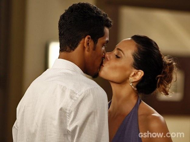 Juliana e Jairo dão beijo depois de união
