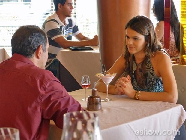 Luiza presta atenção à proposta do pai