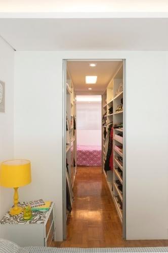 No projeto para o quarto de gêmeas adolescentes, as arquitetas Mariana e Fernanda Mattos interligaram os espaços privativos através do closet compartilhado