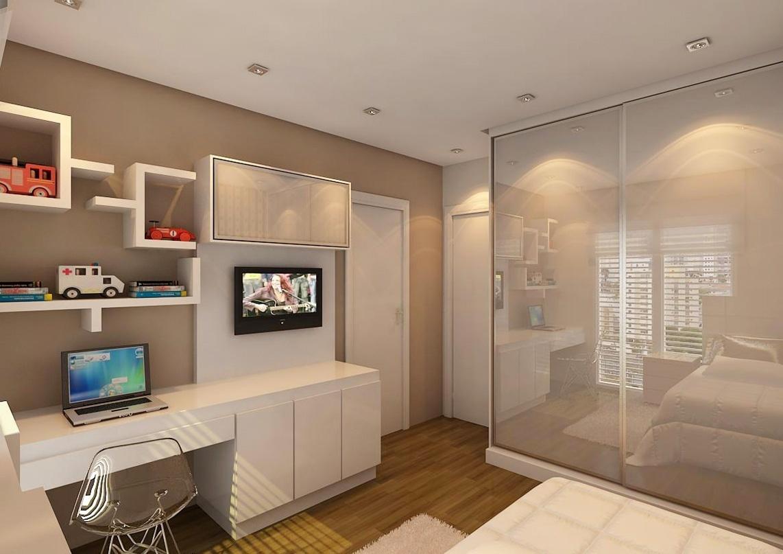 No quarto de um dos gêmeos decorado por Sumaya Bichir, a marcenaria foi fundamental para racionalizar o espaço. A bancada de estudos tem armários embaixo e acopla o painel para a TV. Nichos e a prateleira organizam o espaço. E o armário com portas de vidro traz mais leveza ao ambiente