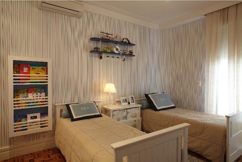O dormitório com 12 m², planejado pela arquiteta Silvana Lara Nogueira, é dedicado a dois meninos e tem camas personalizadas graças às almofadas bordadas com os nomes das crianças. Duas caixas encaixadas ao vão do criado-mudo (entre os leitos) são identificadas por marcadores,