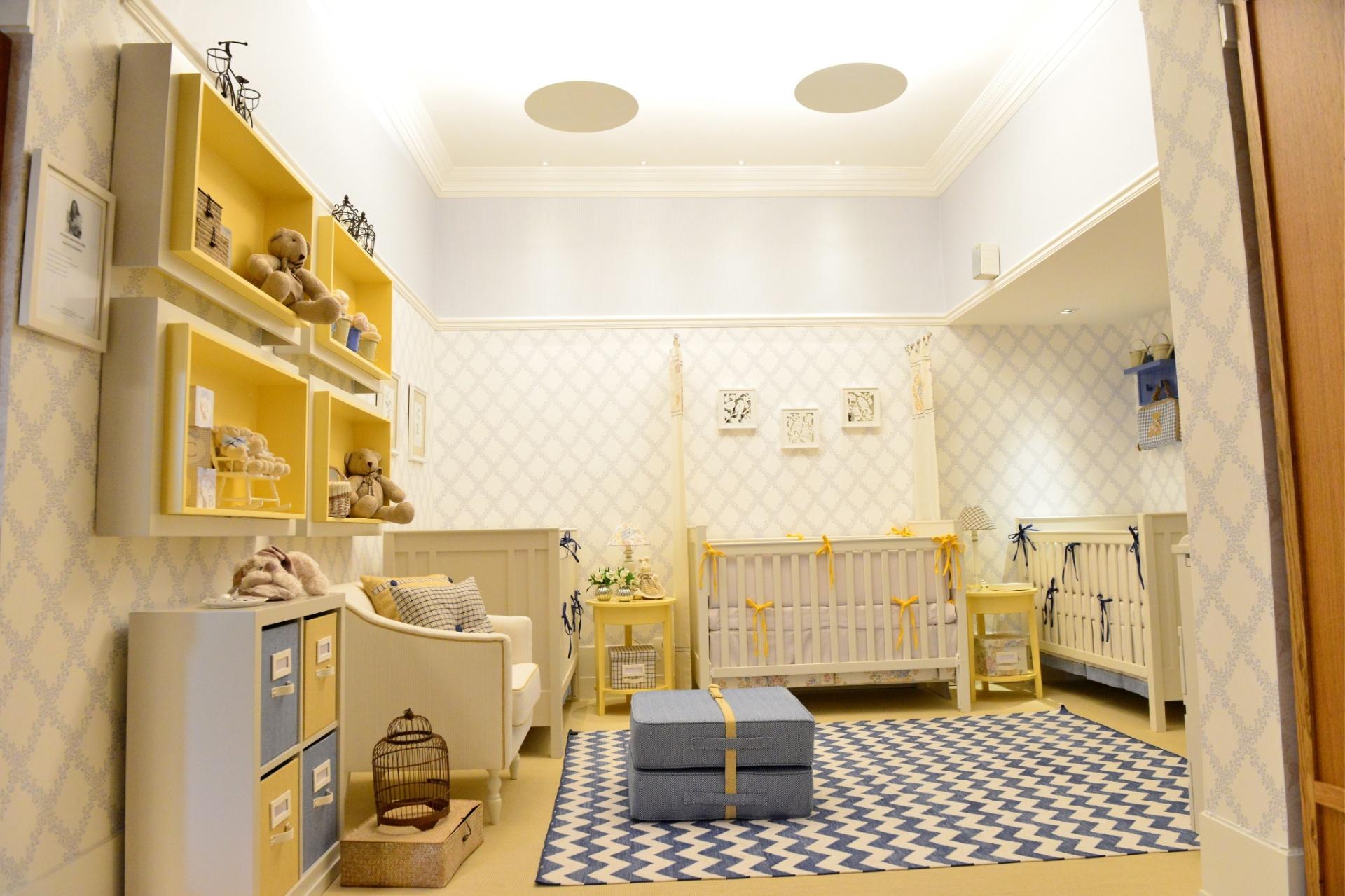 Para este quarto de trigêmeos (dois meninos e uma menina) com 16 m², a arquiteta Silvana Lara Nogueira partiu de um conceito simétrico, deixando os berços dos meninos encostados às paredes laterais e o da menina no centro. O
