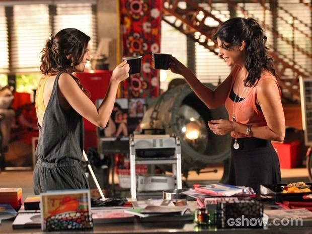 Verônica (Helena Ranaldi) e Marina (Tainá Müller) conversam em cena de