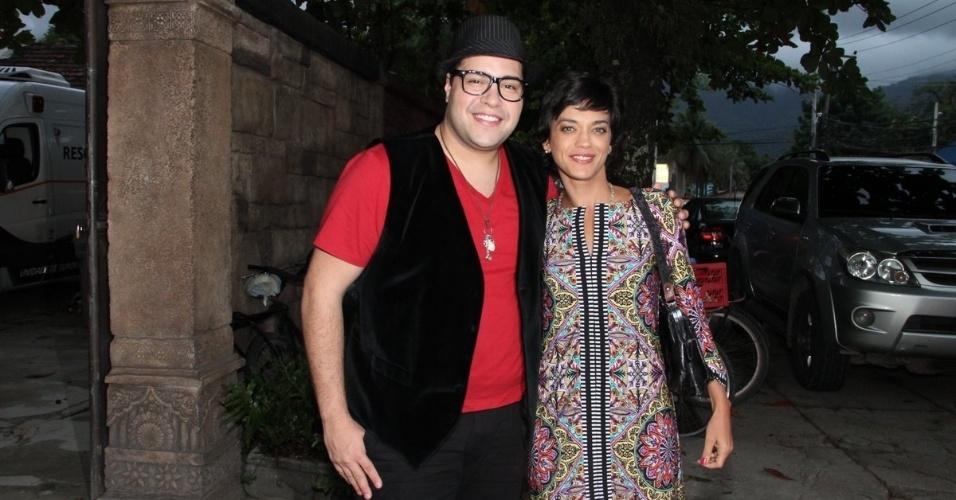 04.abr.2014- Tiago Abravanel e Ana Cecília assistem com elenco último capítulo de