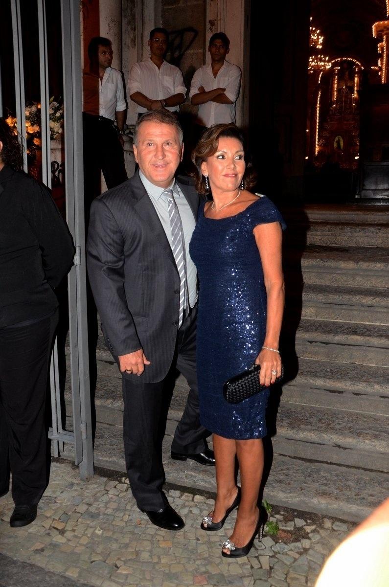 04.abr.2014- Zico e a mulher Sandra chegam para o casamento da produtora Maíz Oliveira com o músico Tato Navega no Rio de Janeiro