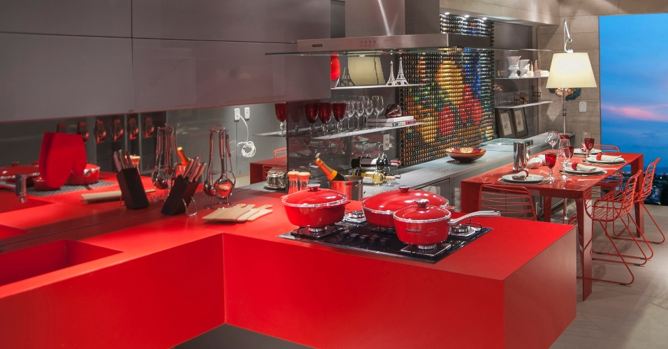 A arquiteta Inês Amorim assina a Cozinha do Casal Francês, pensada para quem gosta de cozinhar. A paleta base de cores do ambiente se resume ao vermelho e cinza, tons vibrante e neutro, respectivamente, combinados de forma harmônica. A primeira edição da Casa Cor Alagoas fica em cartaz até dia 11 de maio de 2014, na Rua Aristeu de Andrade, 256, em Maceió. Outras informações: www.casacor.com.br/alagoas