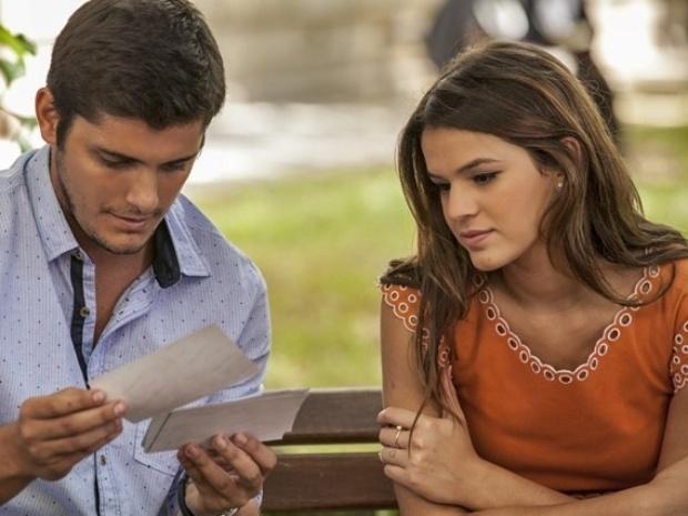 André vai ao orfanato com Luiza em busca de pistas sobre seu passado