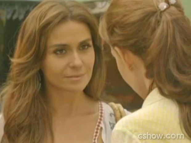 Clara fica sem reação após pergunta de Helena