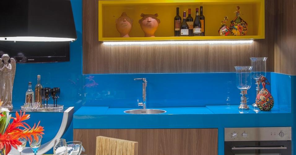 Na cozinha do Espaço das Pequenas Empresas, desenhada por Adriana Codá, as cores intensas aplicadas ao mobiliário dão vivacidade à ambientação. A fim de retratar o estado de Alagoas, o ambiente recebeu produtos de decoração regionais. A primeira edição da Casa Cor Alagoas fica em cartaz até dia 11 de maio de 2014, na Rua Aristeu de Andrade, 256, em Maceió. Outras informações: www.casacor.com.br/alagoas