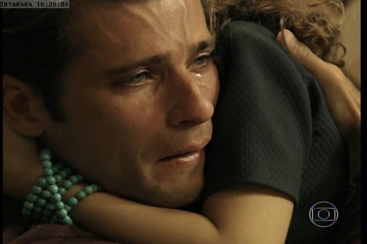 Pérola consola o pai após a morte de Ernest no último capítulo de