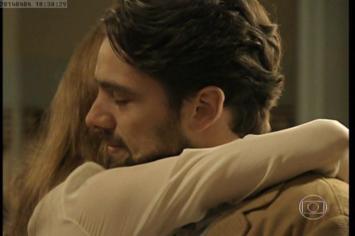 Silvia consola Viktor após a morte de Ernest em