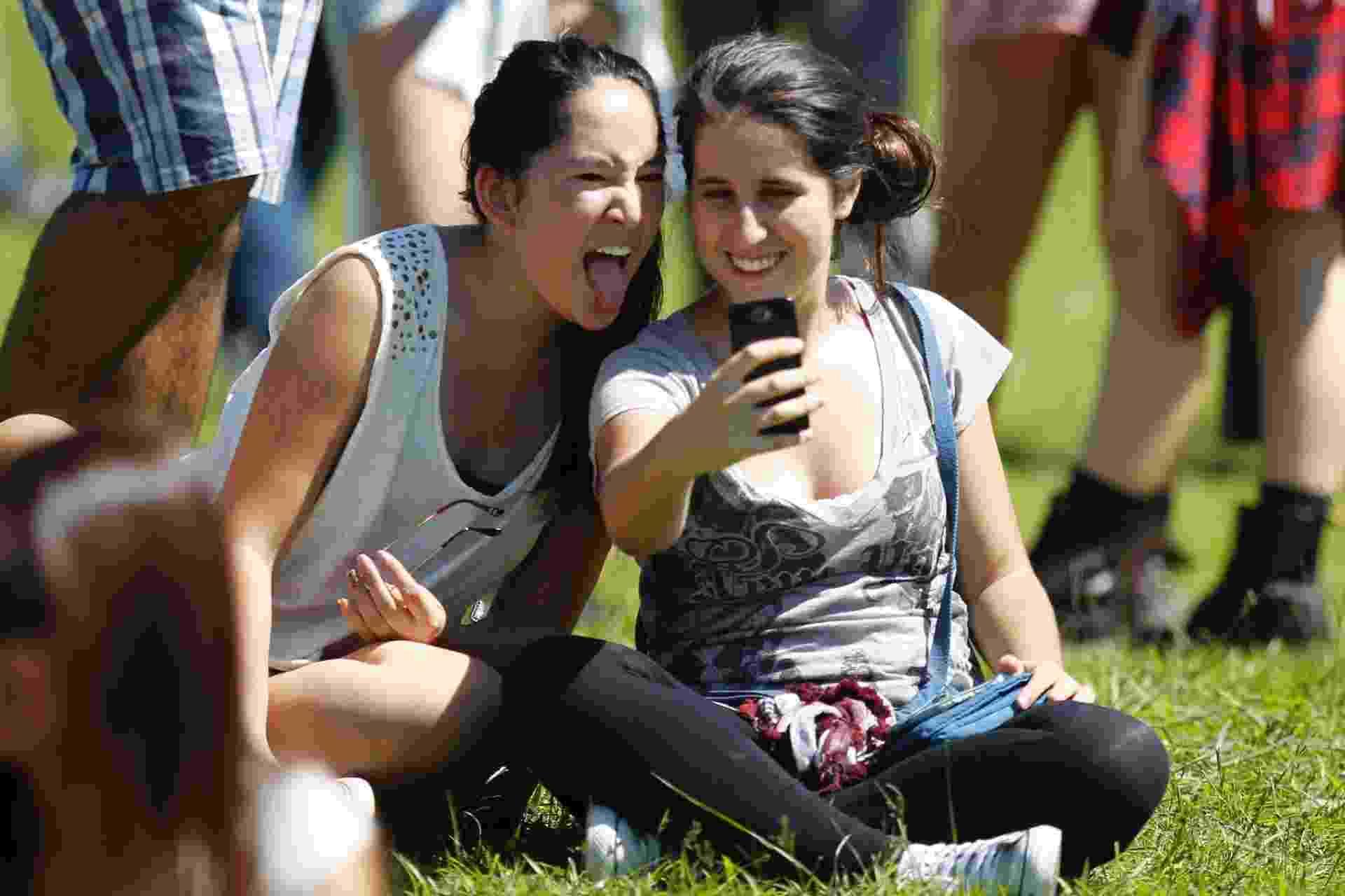 """05.abr.2014 - Público do Lollapalooza 2014 tira """"selfies"""" durante o festival no Autódromo de Interlagos, em São Paulo - Reinaldo Canato/UOL"""