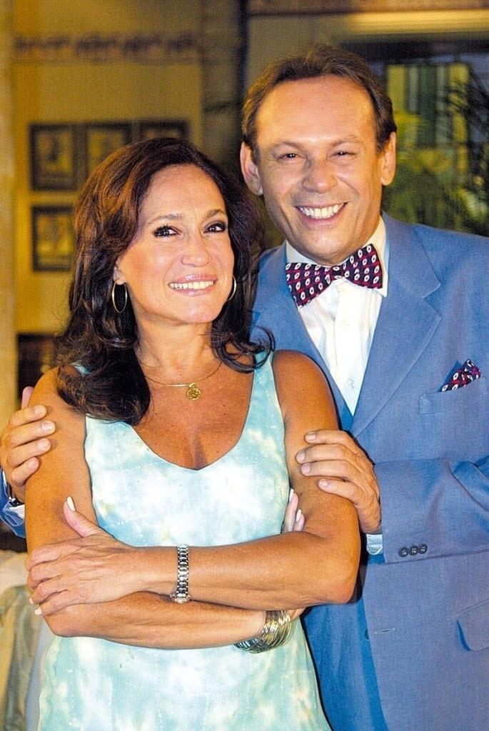 2004 - Os atores Susana Vieira e José Wilker posam para foto nas gravações de