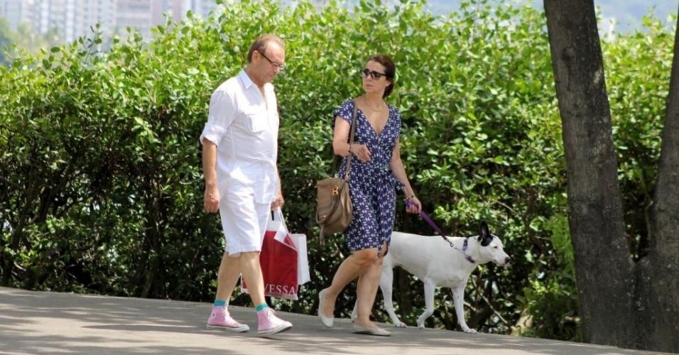 30.mar.2014 - Calçando um All Star, um de seus tênis prediletos, Zé Wilker caminha na lagoa com a namorada, Claudia Montenegro