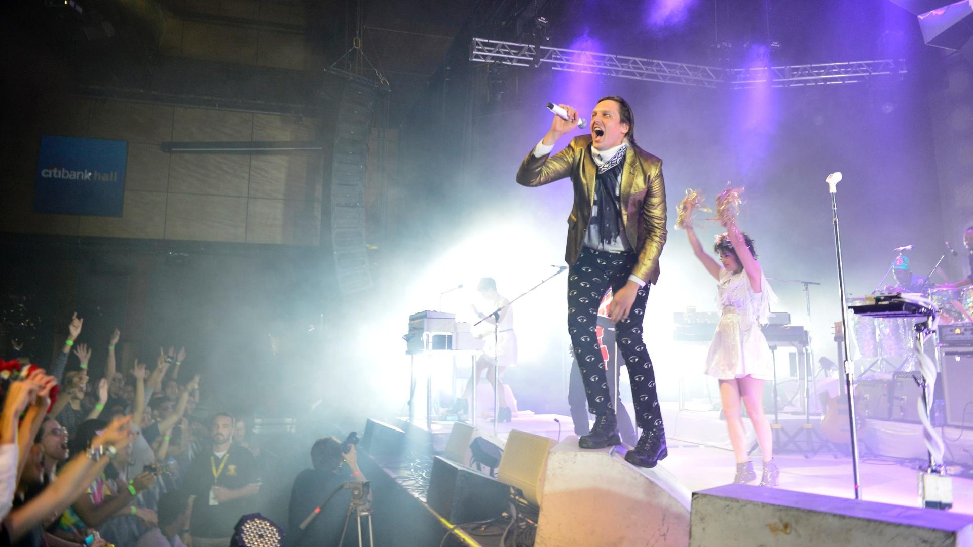 4.abr.2014 - Um dos destaques do festival Lollapalooza que acontece neste fim de semana em São Paulo, Arcade Fire faz show solo no Rio de Janeiro. O grupo canadense fez sucesso desde seu primeiro disco,
