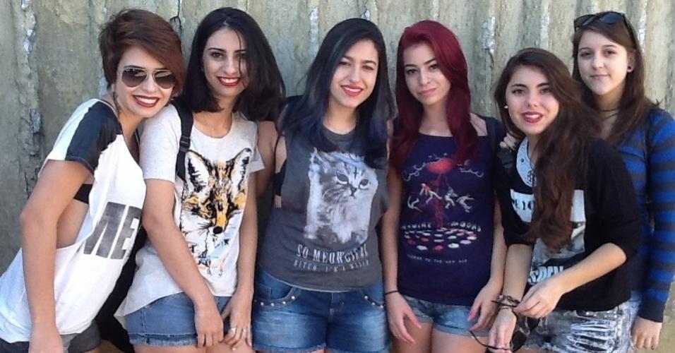 5.abr.2014 - A americana Giovana Eltink (primeira à esquerda), 18, veio com as amigas para ver o show do Imagine Dragons no primeiro dia do Lollapalooza