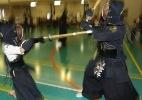Crianças treinam kenjutsu, a arte dos guerreiros samurais