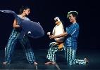 Dançarinos e bonecos contracenam na peça 'Círculo das Baleias'