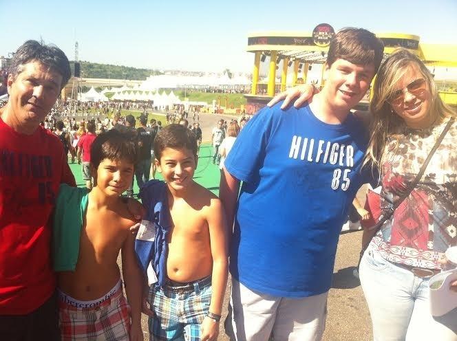O casal carioca Zé Roberto e Adelta Gimenez levou os filhos para uma tarde em família no Lollapalooza