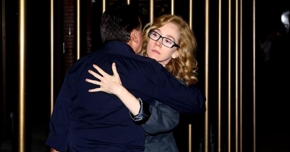 6.abr.2014 - A atriz Camila Morgado despede-se do produtor de teatro e assessor de José Wilker, Claudio Rangel, ao deixar o velório