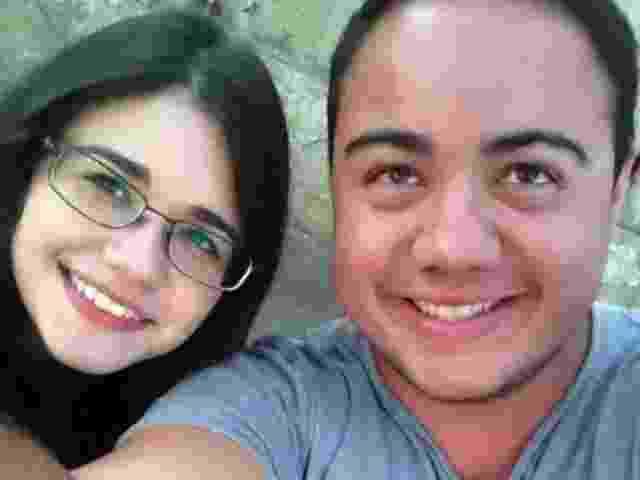 6.abr.2014 - Alexia Marques Panella, de 23 anos, e Leonardo Nascimento, de 20, são os primeiros da fila para o segundo dia de Lollapalooza - UOL