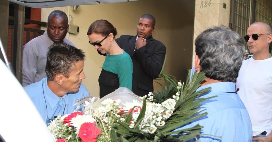 6.abr.2014 - Julia Lemmertz deixa o velório de José Wilker, no Teatro Ipanema, no Rio de Janeiro