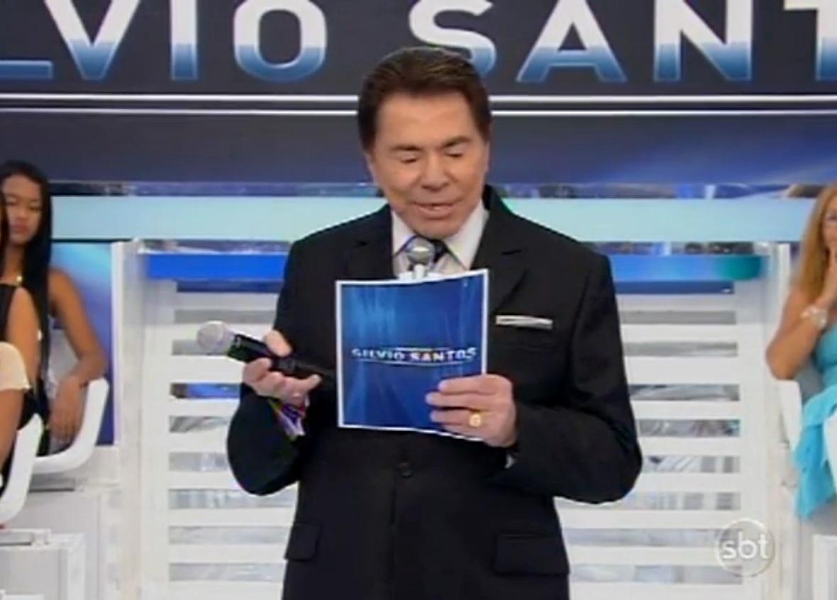 6.abr.2014 - Silvio Santos apresenta programa com dente quebrado