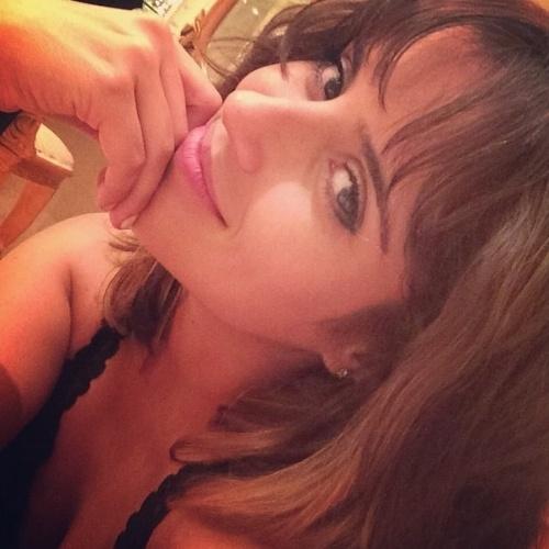 """7.abr.2014 - Camilla Camargo está se divertindo com seu novo visual, que ela aderiu para o filme """"A Travessia"""". A atriz está com os cabelos mais curtos e claros. """"Boa tarde! 'Bora' voltar pra cidade maravilhosa... Não ser reconhecida pelos próprios amigos está maravilhoso rs!"""", escreveu a filha de Zezé Di Camargo em sua conta do Instagram."""
