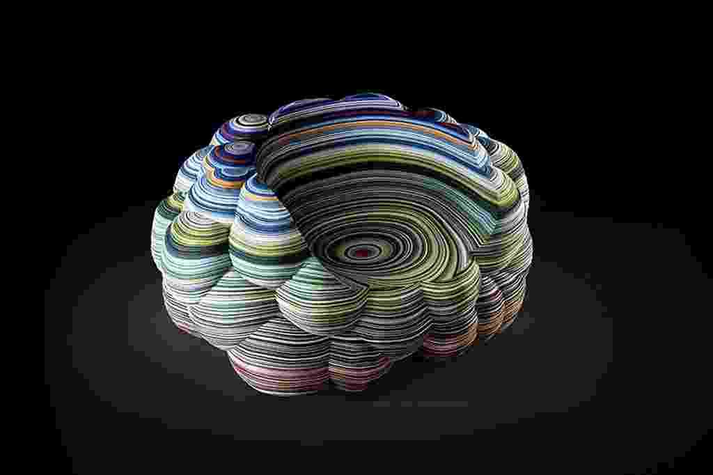 Uma poltrona multicolorida confeccionada a partir de camadas empilhadas de tecido é o destaque do holandês Richard Hutten (www.richardhutten.com) para o Salão Internacional do Móvel de Milão, em cartaz de 08 a 13 de abril de 2014. O designer conta que a intenção foi usar o tecido fornecido pela Kvadrat como estrutura, não apenas como um revestimento. Cada camada foi cortada à máquina e colada manualmente - Divulgação