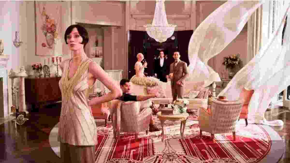 """""""O Grande Gatsby"""" (2013), com direção de Baz Luhrmann - No filme que conta a história de um milionário, os cenários não poderiam ser nada menos do que luxuosos. Ambientado nos anos 1920, o longa tem espaços com decoração no estilo Art Déco. Entre os itens vistos estão os lustres de cristal, os móveis com detalhes dourados, espelhos venezianos, elementos geométricos e simétricos e tapetes suntuosos. Para os que se interessam por essa estética, a obra é uma boa referência para a criação de ambientes suntuosos - Divulgação"""