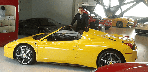 Vendedor de Ferrari na Via Itália - Leonardo Felix/UOL - Leonardo Felix/UOL