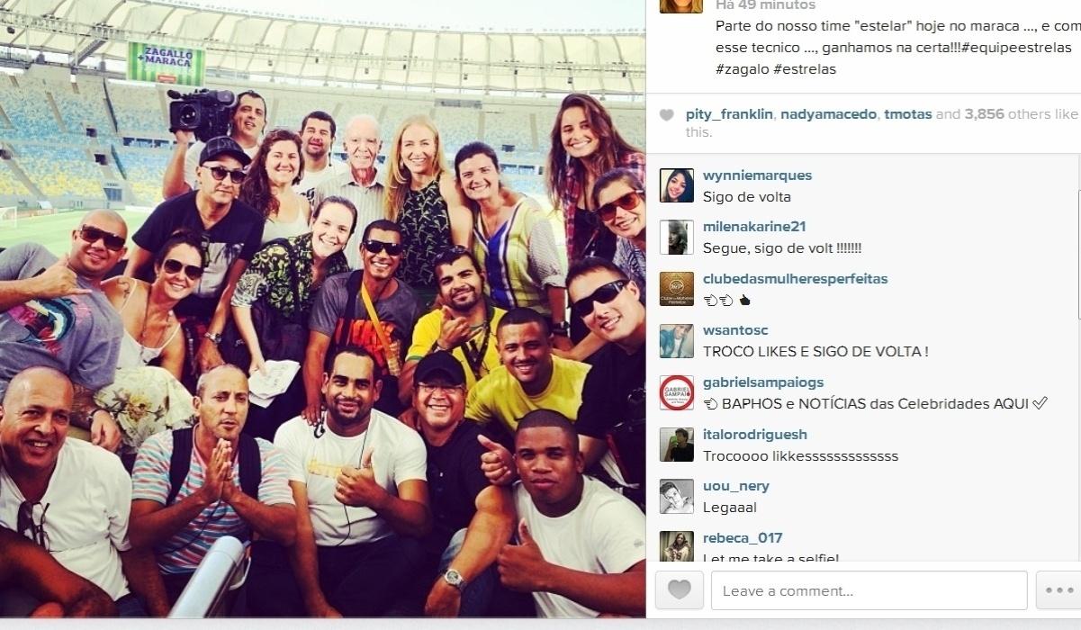 08.abr.2014- Angélica posa com Zagallo e equipe do