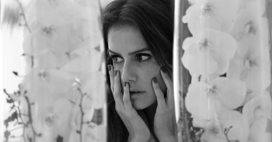 8.abr.2014 - Deborah Secco abriu as portas da sua casa e fez ensaio sexy. As fotos foram feitas pelo namorado da atriz, Bruno Torres, e serviram para a atriz inaugurar seu perfil oficial no Facebook