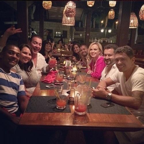 """8.abr.2014 - Eliana, que está em Dubai, deu uma pausa nas gravações de uma reportagem de seu programa no SBT para curtir um restaurante típico com outros brasileiros. """"Brasileiros saindo pra curtir"""", falou a loira em seu Instagram"""