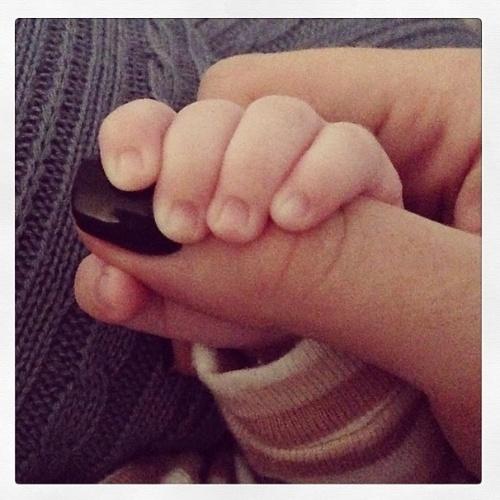 """8.abr.2014 - Em seu Instagram, Ana Hickmann mostrou uma foto na qual aparece a mãozinha do filho segurando o seu dedo. """"Bom dia"""", escreveu a apresentadora da Record na legenda. Alexandre, o único filho de Ana Hickmann, comemorou 1 mês na última segunda-feira"""