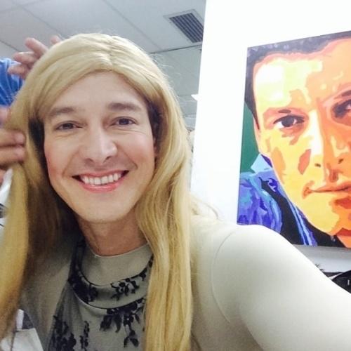 """8.abr.2014 - Rodrigo Faro brincou com seus seguidores ao aparecer maquiado e de peruca loira no Instagram. """"Bom dia pra você que acordou cedo e loira!!!!"""", se divertiu o apresentador"""