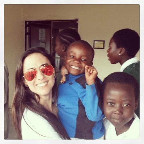 """8.abr.2014 - Na África do Sul, Tatá Werneck faz visita a crianças orfãs e """"adota"""" uma delas. """"Este é o Centro de Órfãos Ekurhuleni. Você pode entrar no site e se tornar responsável por uma criança . É possível fazer contribuições mínimas e garantir o estudo e o futuro delas. Essa é minha filha Xipo :) minha Princesa linda!"""", falou a atriz no Instagram"""