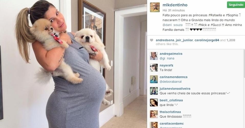 8.abr.2014 - O jogador Dentinho mostrou o barrigão de Dani Souza, ex-Mulher Samambaia, que está grávida de gêmeos. Ela está na reta final da gestação.