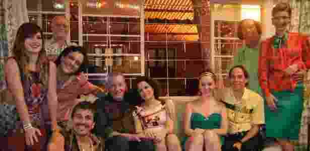 """Paulão (Evandro Mesquita), Gina (Natália Lage), Tuco (Lúcio Mauro Filho), Mendonça (Tonico Pereira), Lineu (Marco Nanini), Nenê (Marieta Severo),  Bebel (Guta Stresser), Agostinho (Pedro Cardoso), Beiçola (Marcos Oliveira) em """"A Grande Família""""  (2011) - Divulgação/TV Globo - Divulgação/TV Globo"""