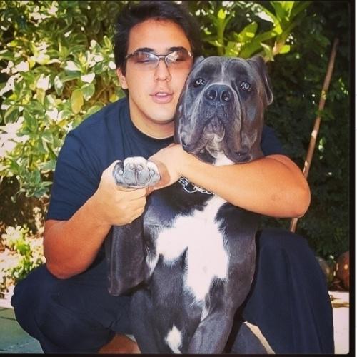 """9.abr.2014 - André Marques postou uma foto em que aparece bem mais magro, tirada há 14 anos. Na companhia de um cachorro na imagem, o apresentador do """"Super Star"""" lamentou a morte do mascote, que ele ganhou de presente do Faustão. """"Esse amigo foi meu primeiro cane corso. 10 anos de amizade... Carinho... Companheirismo e Amor!!! Presente do amigo Faustão! Saudades de você Nero..... Quase 4 anos a você virou uma estrela.... Essa foto tem uns 14 anos!!!"""""""