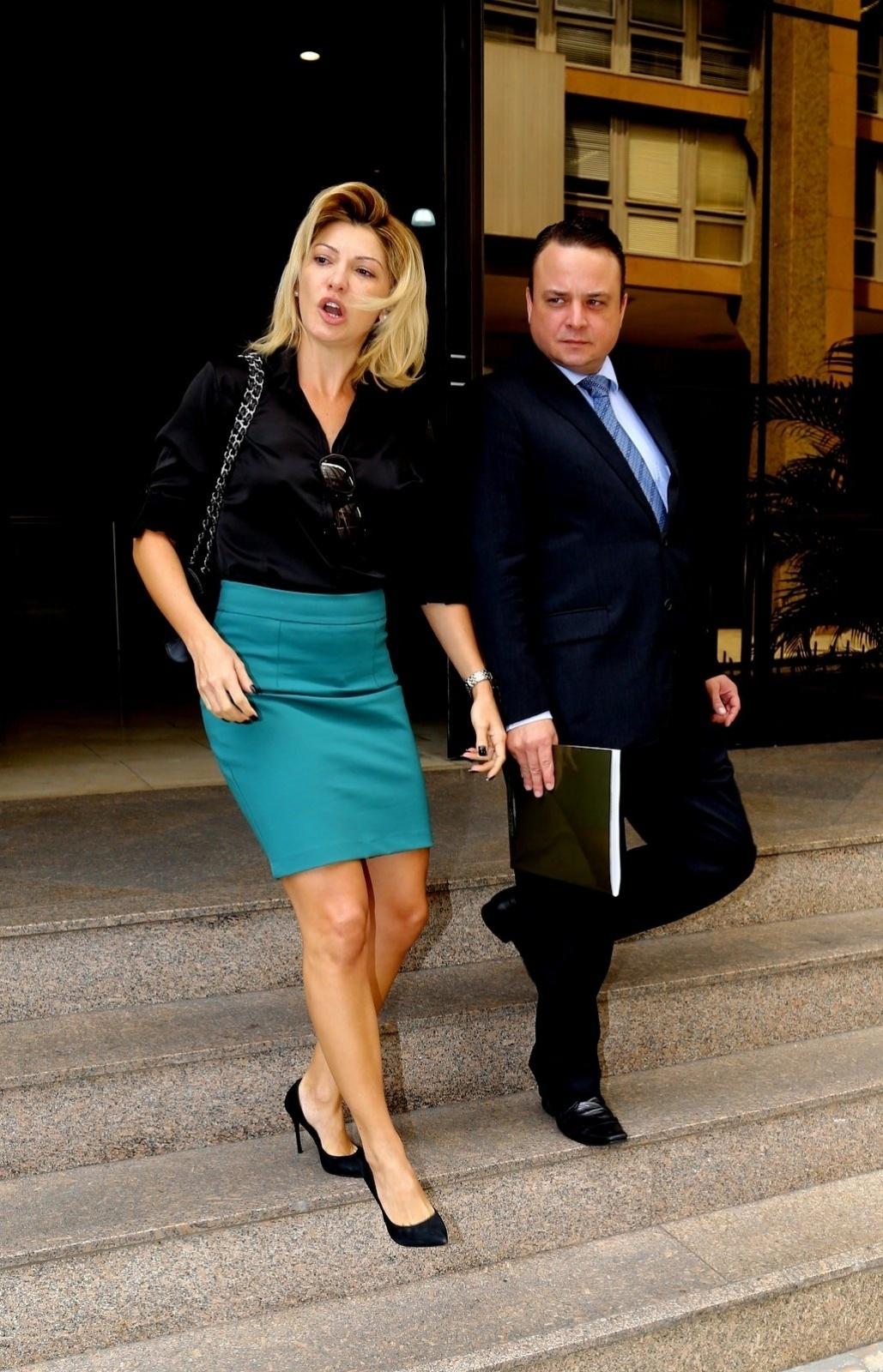 9.abr.2014 - Ao lado de seu advogado, Antônia Fontenelle vai ao Tribunal de Justiça do Rio de Janeiro para audiência sobre herança de Marcos Paulo