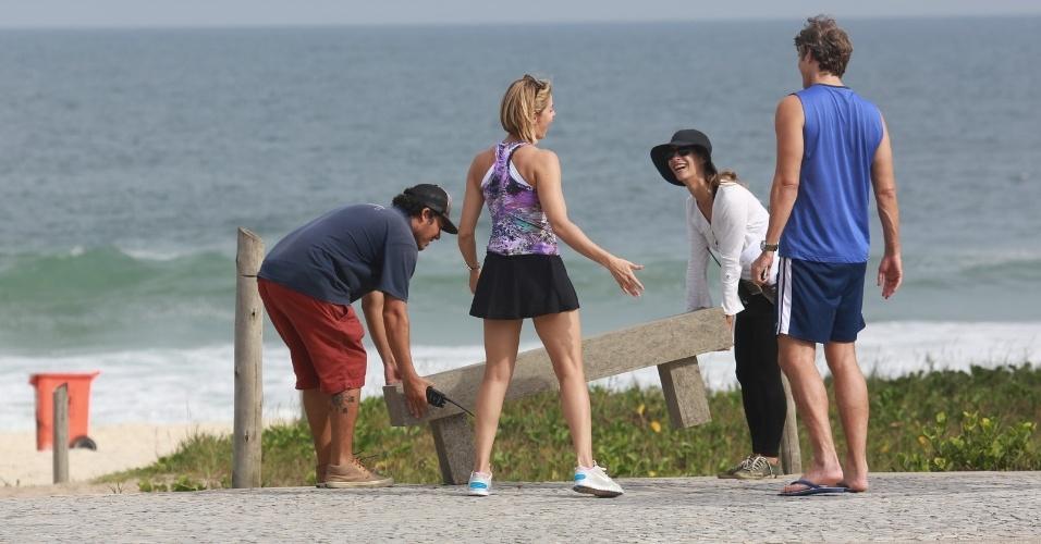 """9.abr.2014 - Bianca Rinaldi e Reynaldo Gianecchini gravam a novela """"Em Família"""" na orla da praia, no Recreio dos Bandeirantes, Zona Oeste do Rio de Janeiro"""