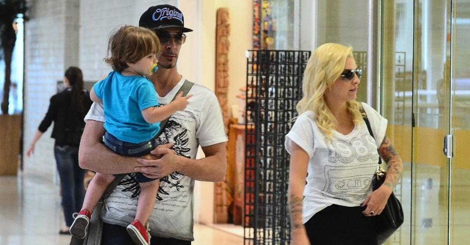 9.abr.2014 - Ex-BBB Clara desembarca no aeroporto de Santos Dumont, no Rio de Janeiro, com o marido, o francês Fabian Aguilar, e o filho Max, de 1 ano e meio. Mais cedo, no programa