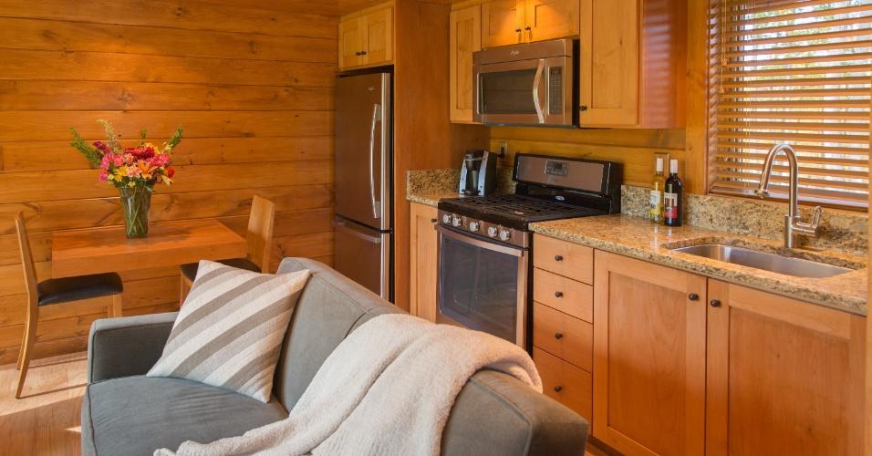 Conectada ao living, a pequena cozinha da casa de campo