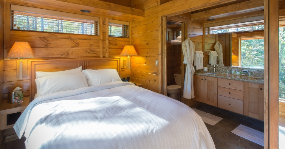 O quarto e banheiro (à dir.) são integrados na casa de campo