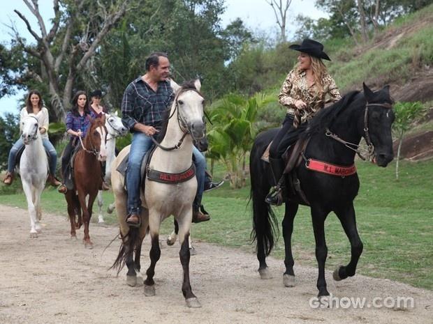 Shirley e Virgílio disparam na frente na corrida a cavalo deixando Helena para trás