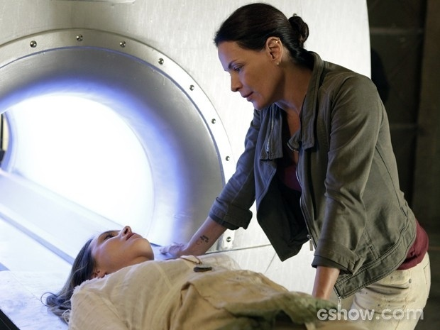 Tereza coloca Angelique na máquina