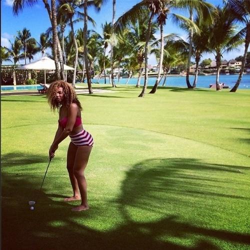 10.abr.2014 - Beyoncé postou uma foto na qual aparece praticando golfe. Na imagem, ela aprece usando uma hot pants em um cenário paradisíaco repleto de palmeiras